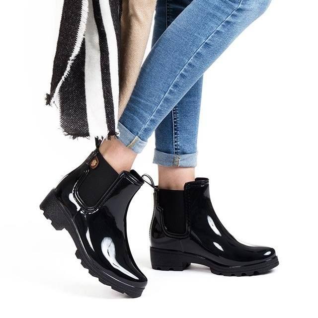 4611c414 Botas para mujer en color negro. Características:bota de agua, tacón 4 cm,  zapato de estilo casual, suela de goma, exterior goma e interior forro  textil.