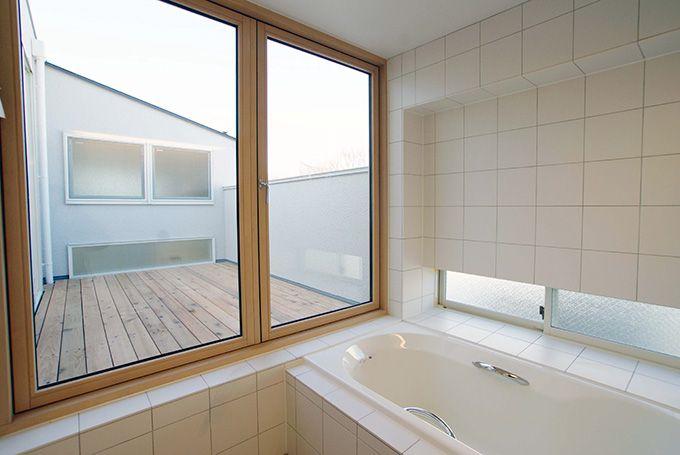浴室からベランダへ繋がるガラス扉 二世帯住宅 ガラス 扉 ハウス