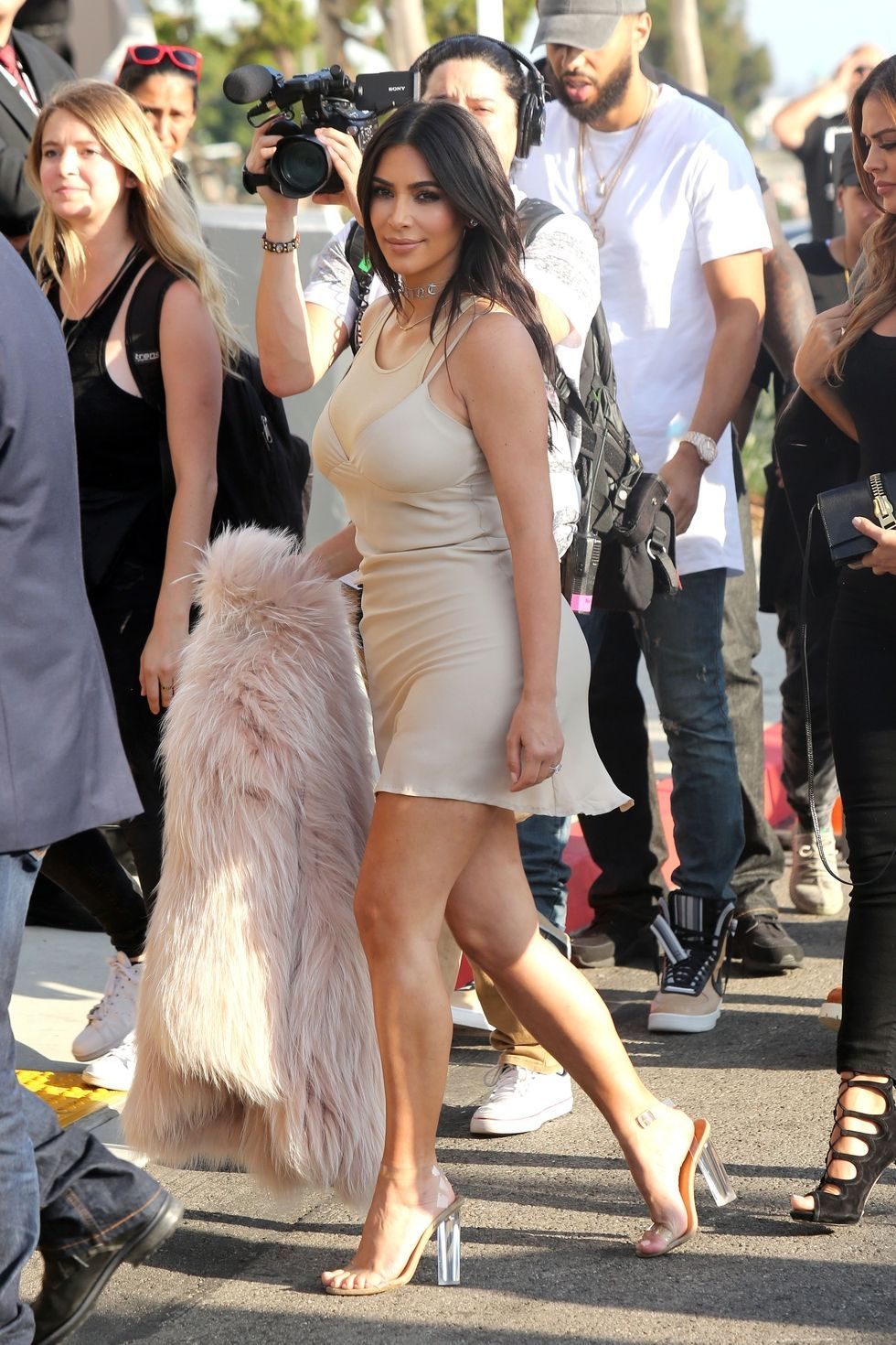 Kim kardashian exposed her midriff when she picked up takeout in la