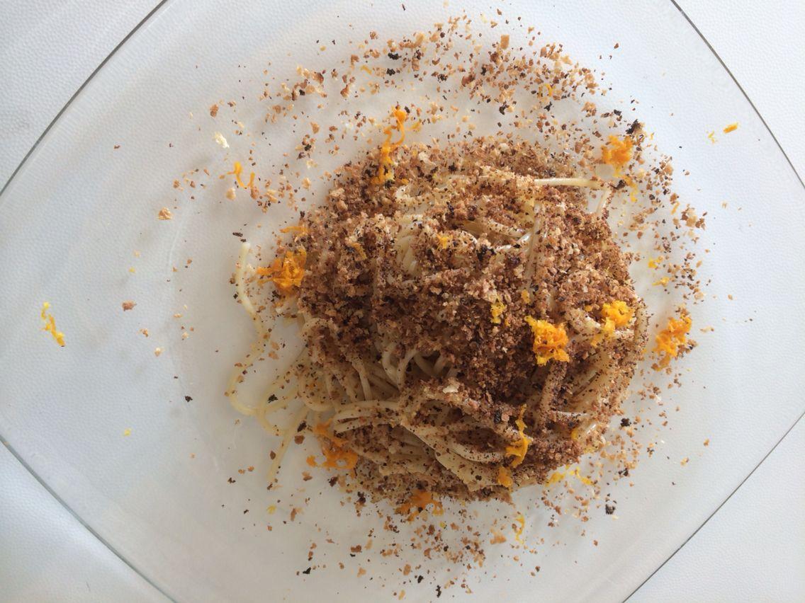 Spaghetti con crumble di pane e scorzetta d'arancia!