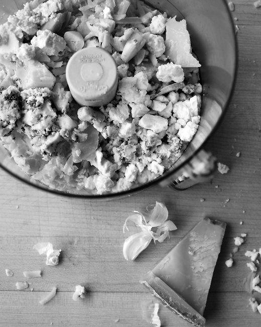 Fromage Fort Brotaufstrich aus ca 1 tt gemischten Käseresten, 1/2 Tasse trockenem Weißwein und 2 Zehen Knoblauch. Mixen und fertig