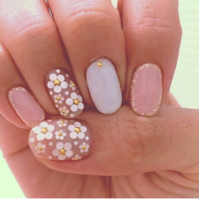Pale Daisy Nails Studded Nail Art Designs