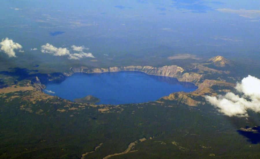 Crater Lake Is The Remnant Of Mount Mazama Which Erupted Catastrophically 7 700 Years Ago To Form The Caldera Wizard Island In Lake An Crater Lake Lake Crater