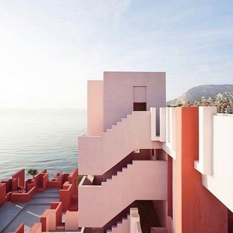 La Muralia Roja, Spain