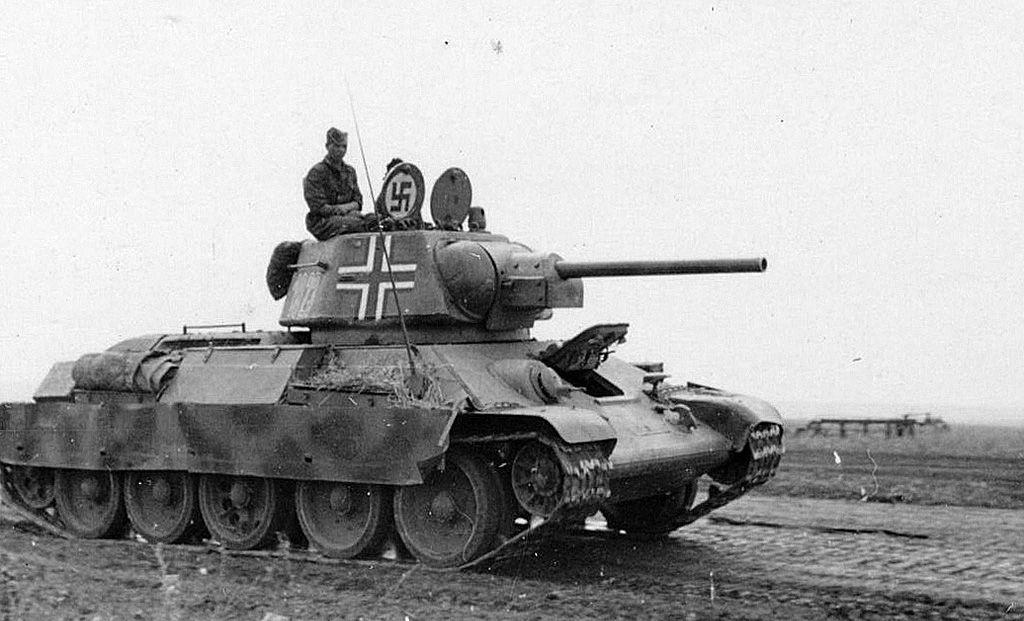 Um tanque soviético T-34 capturado sendo utilizado pelos alemães.