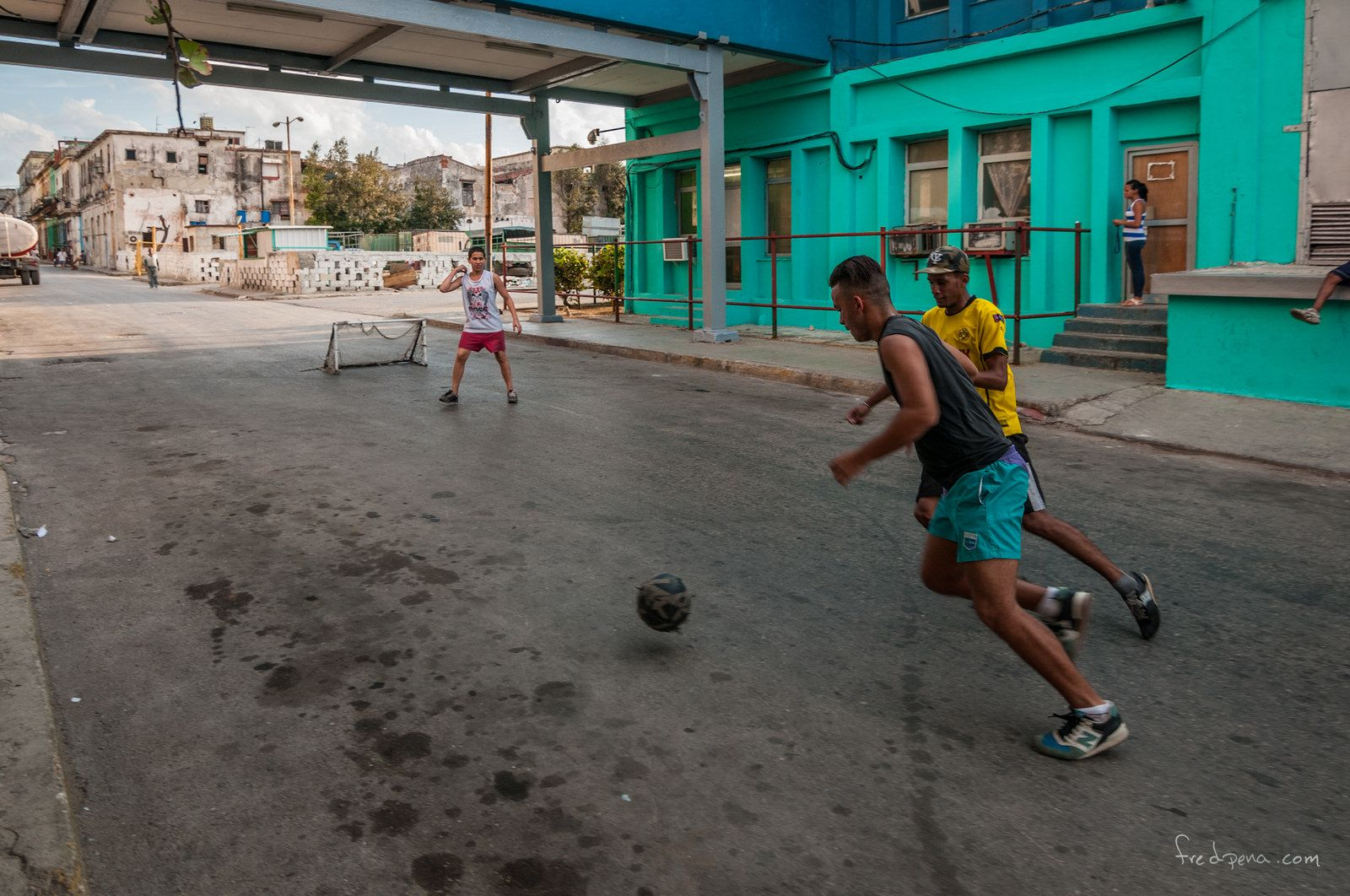 Fútbol callejero #comparte #comenta #like (Foto: alfredpenar / Flickr) https://www.facebook.com/CubanosGuru/