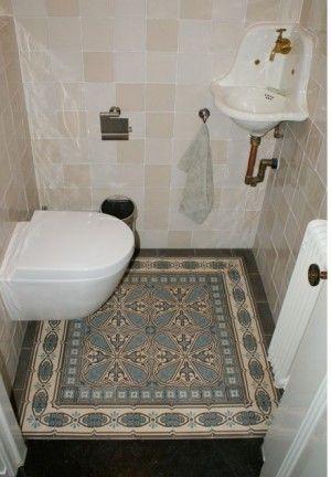 Antieke vloertegels uit de collectie van floorz toegepast in toilet badkamer bathroom - Tegels badkamer vloer wit zwemwater ...