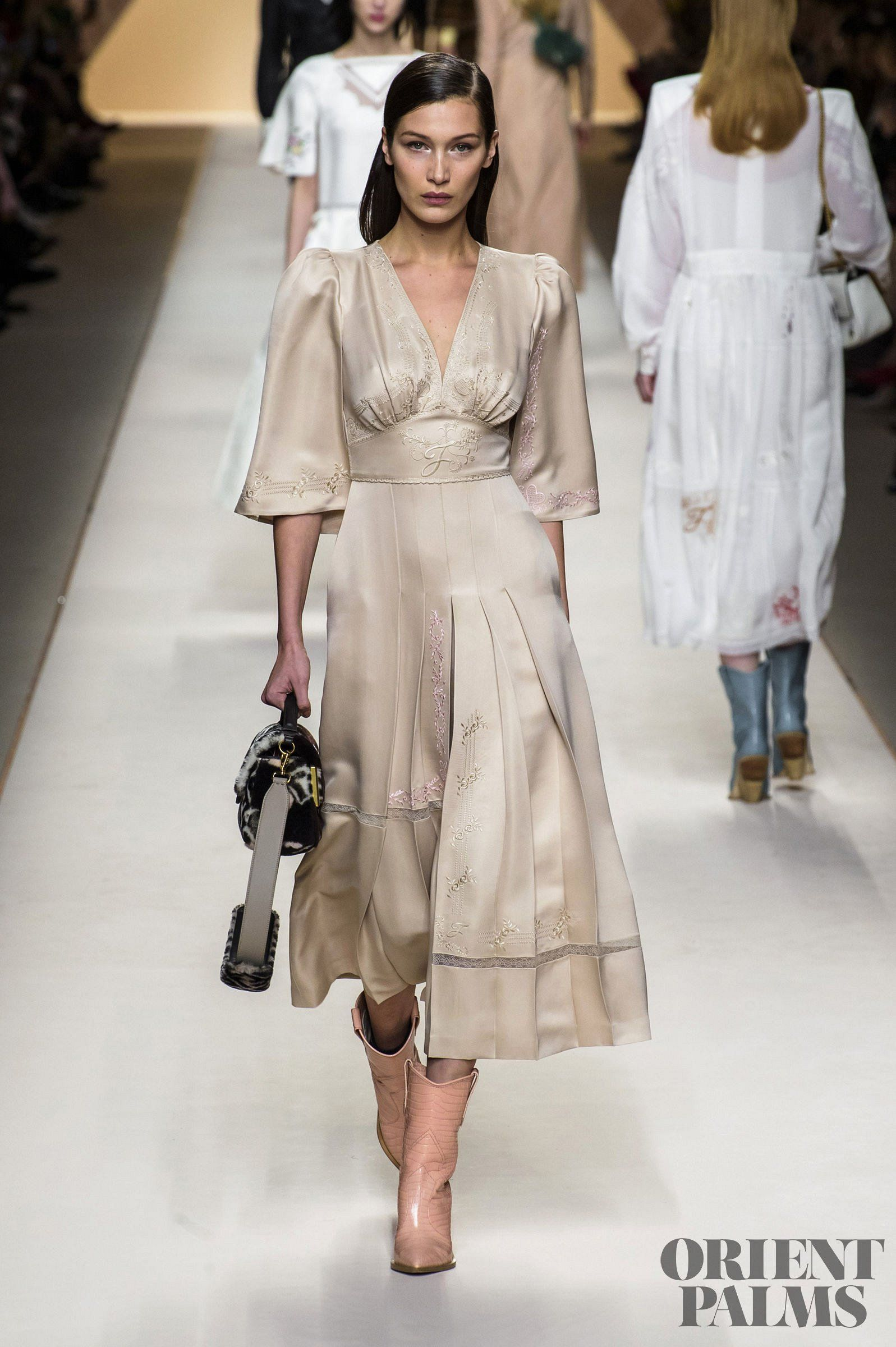 1d4ea4e4191c Fendi Fall-winter 2018-2019 - Ready-to-Wear  clothes  beautifulclothes   fashion  apparel  fashiontrends  style  stylewatch  styletrends   fashioninspiration ...