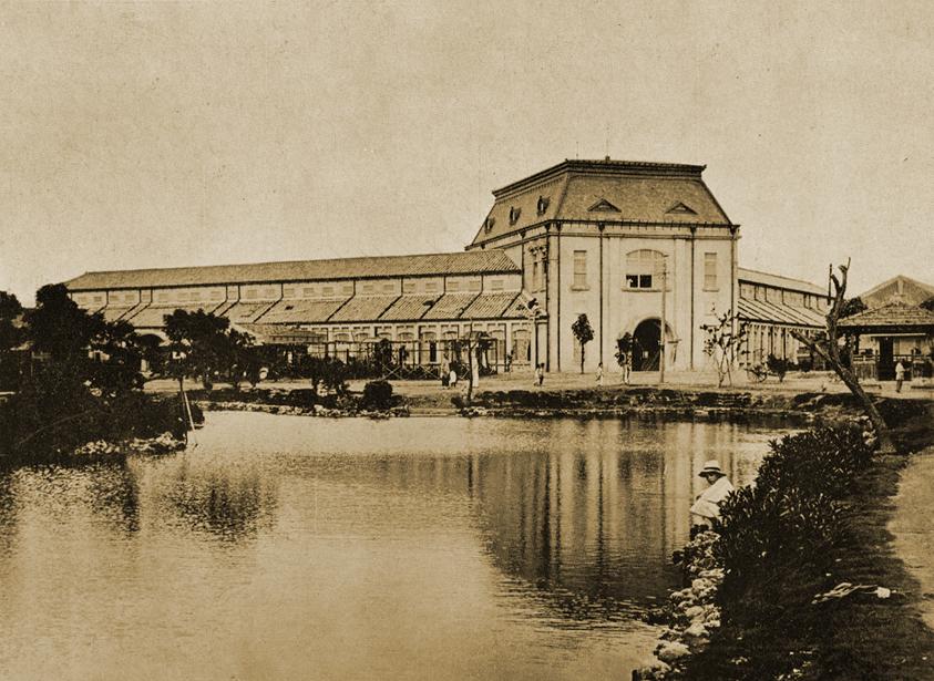 感謝團友 半月 分享一張日本時代台南西市場(菜市場)的老照片。  這裡小編曾經造訪過,原建築還在,可惜已經殘破到看不出原樣了(淚