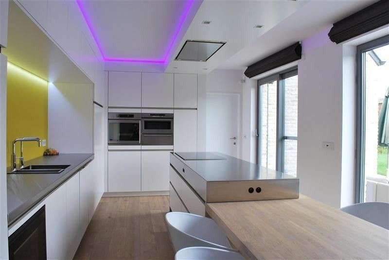 Arredare con le strisce led - Led viola in cucina