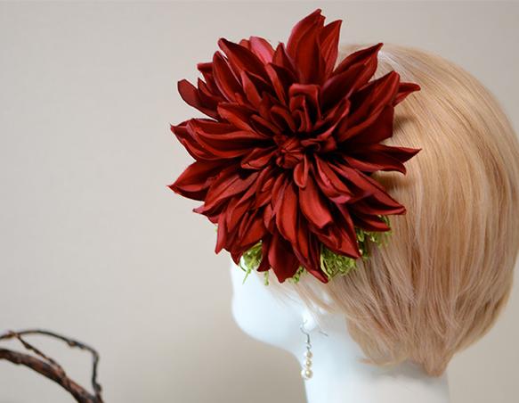 【rouge】深紅の大きなダリアと鮮やかなグリーンの色合わせは、個性的でスタイリッシュ。ショートカットやシンプルなまとめ髪にとっても映えます。和装・洋装どちら... ハンドメイド、手作り、手仕事品の通販・販売・購入ならCreema。