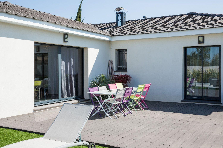 Grande villa moderne contemporaine dans le sud de la france avec tuie noire enduit clair