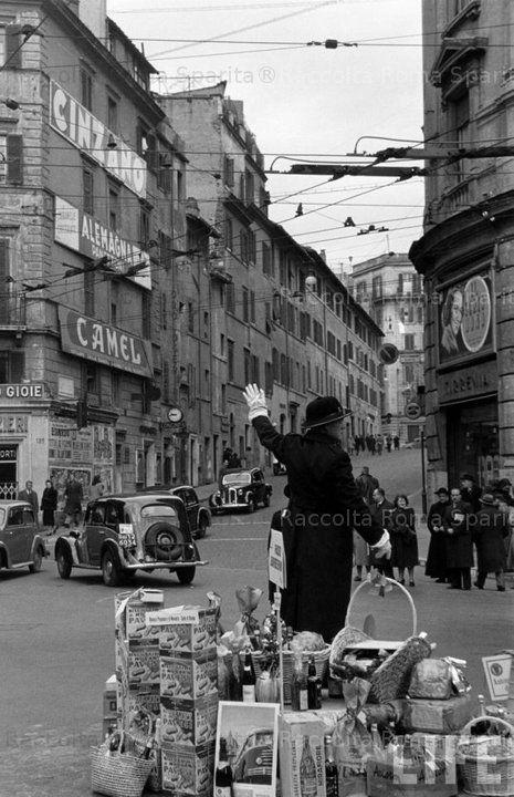 Largo del Tritone.bEFANA ai metropolitani 1950