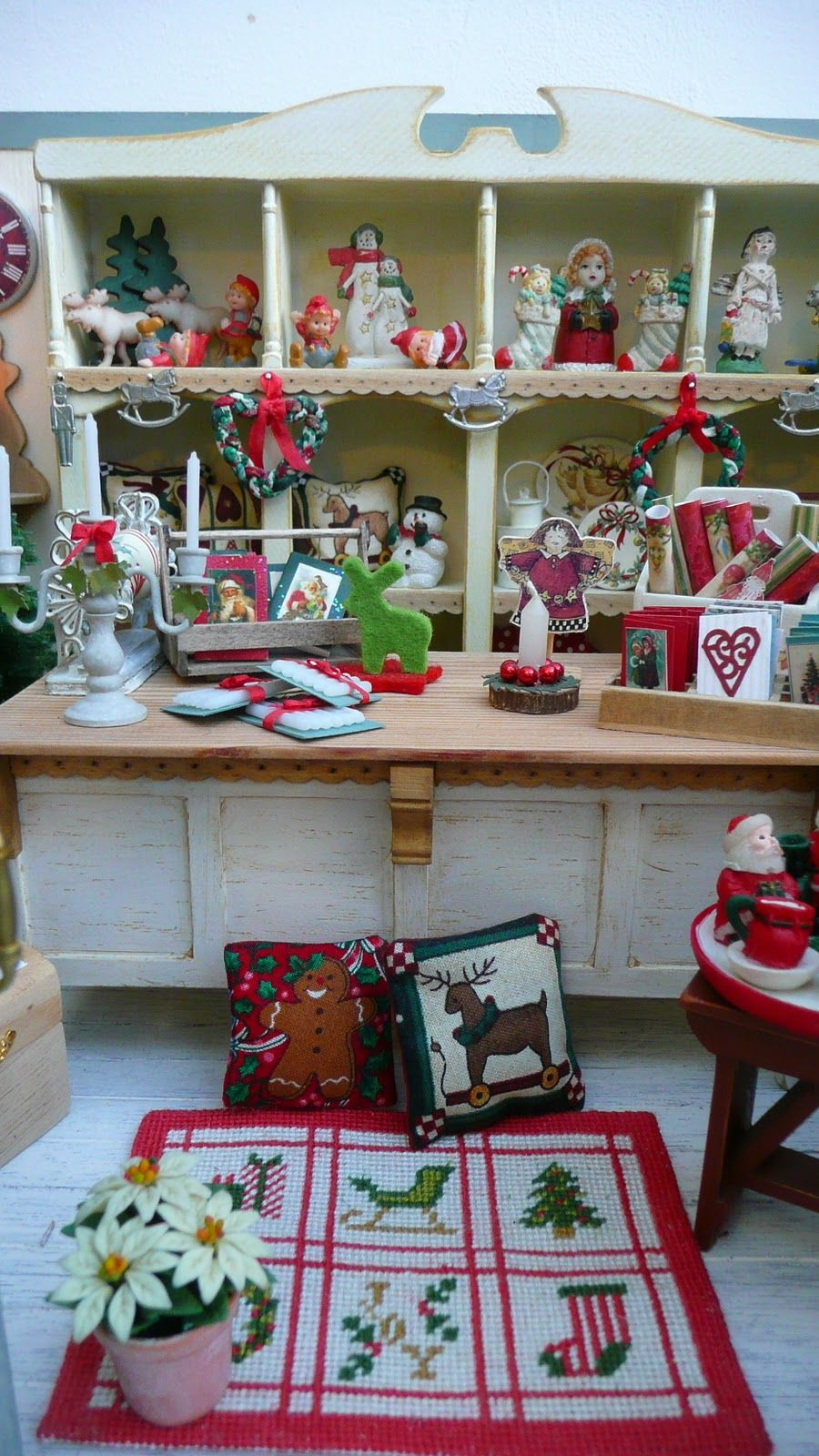 voici mon quot christmas shop quot enfin terminee juste a temps pour noel this is my quot miniature christmas dollhouse christmas christmas store pinterest
