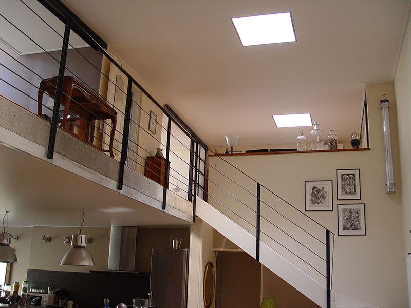Plafond tendu blanc mat dans un loft avec ajustement pour les puits - poutre pour mur porteur