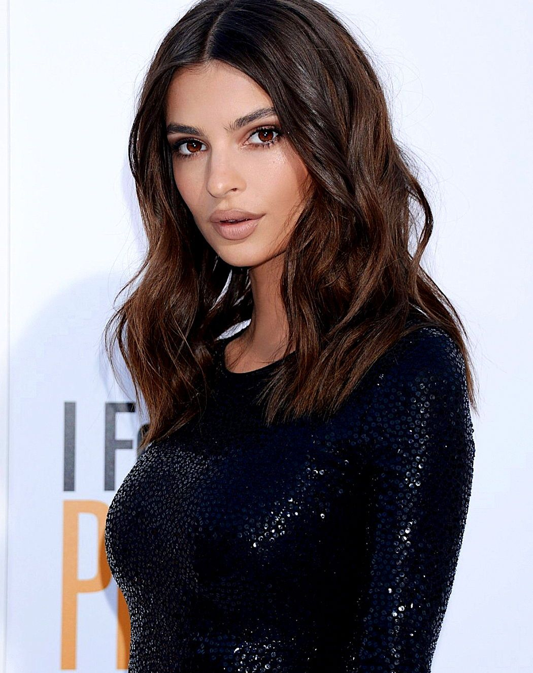 Emily Ratajkowski nude makeup look and curly hair style on the red
