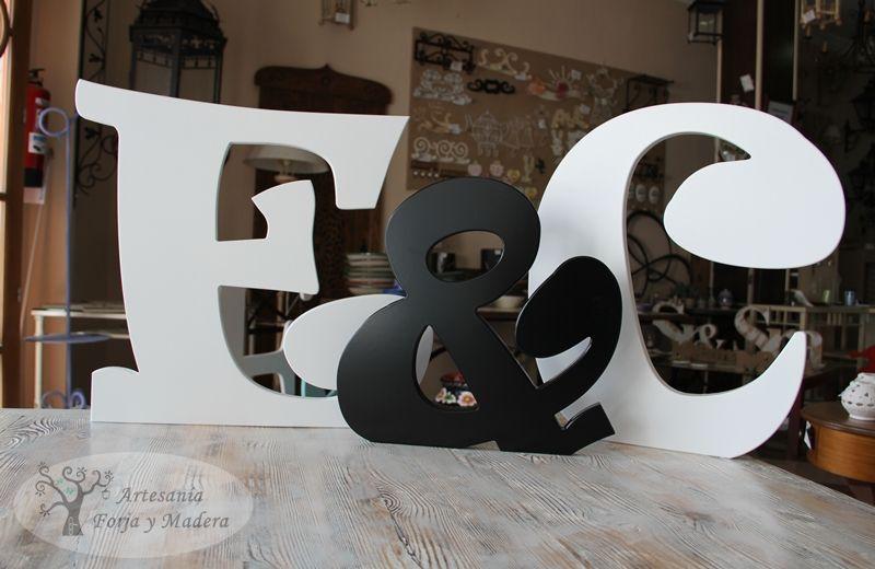 letras de madera decorativas en blanco y negro