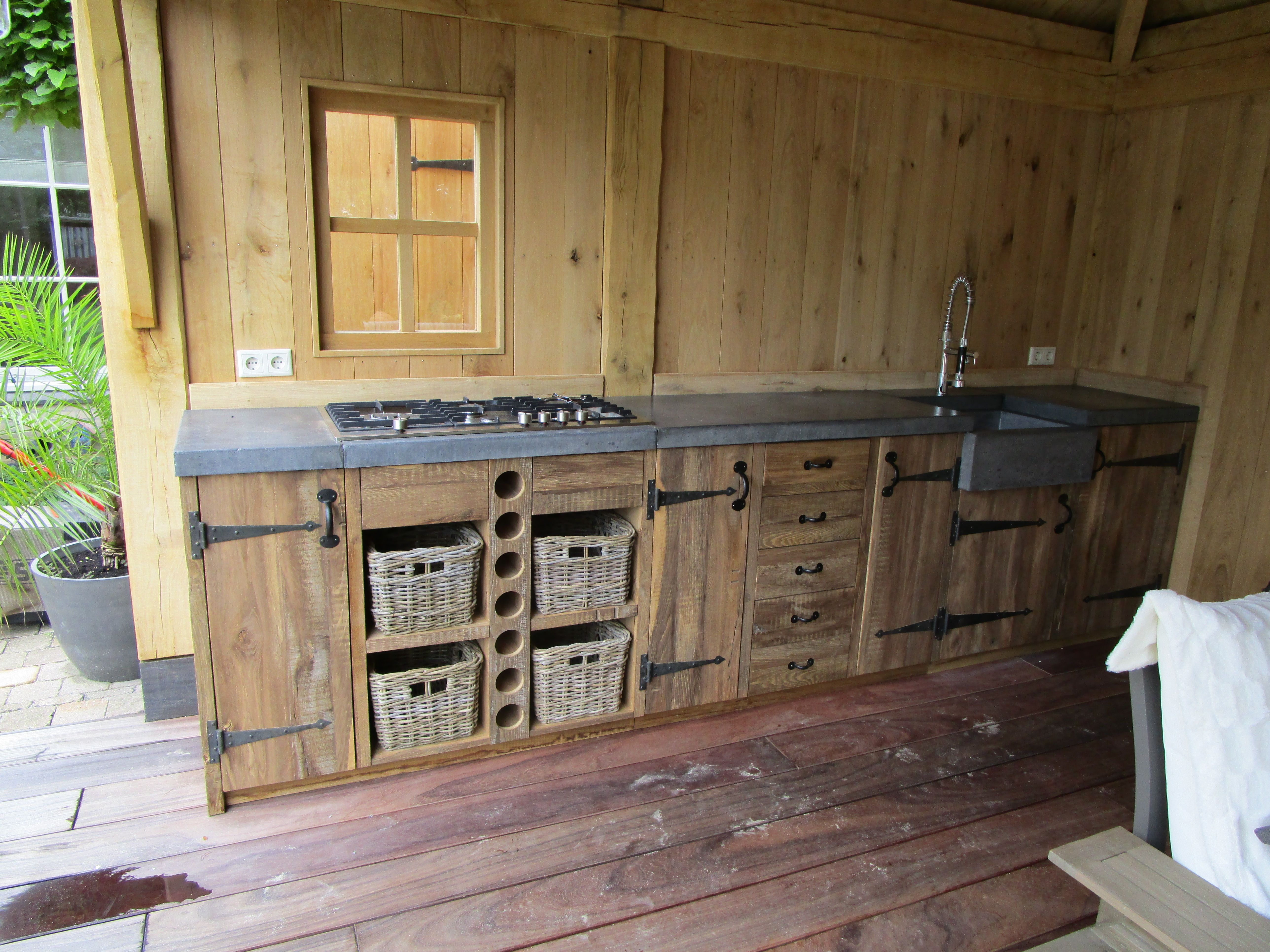 Reclaimed oak keukenblok. Zwart smeedwerk, betonnen blad. Ambachtelijk  vervaardigd door Eikentuinhuis.nl