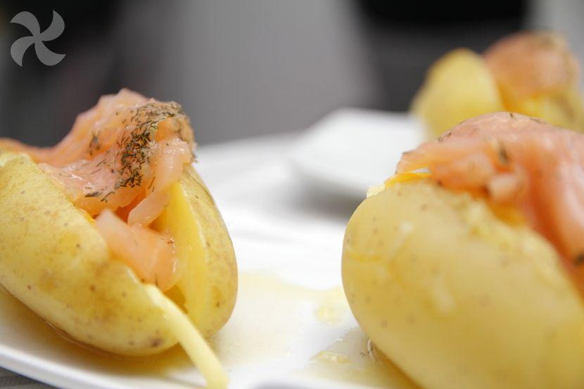 Patatas rellenas de queso y salmón ahumado