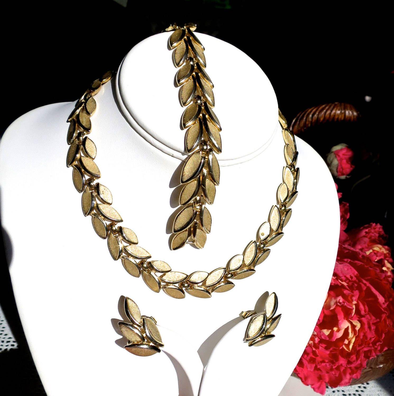 Crown trifari parure gold necklace bracelet earrings matte texture