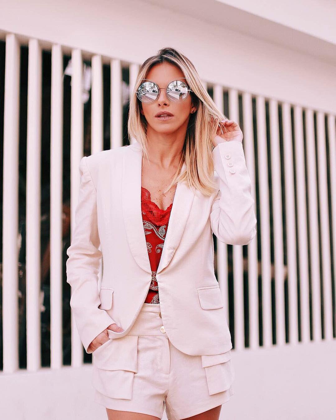0fce444351 Fernanda Portella com conjunto de blazer mais shorts de linho e blusa  estampada de seda vermelha