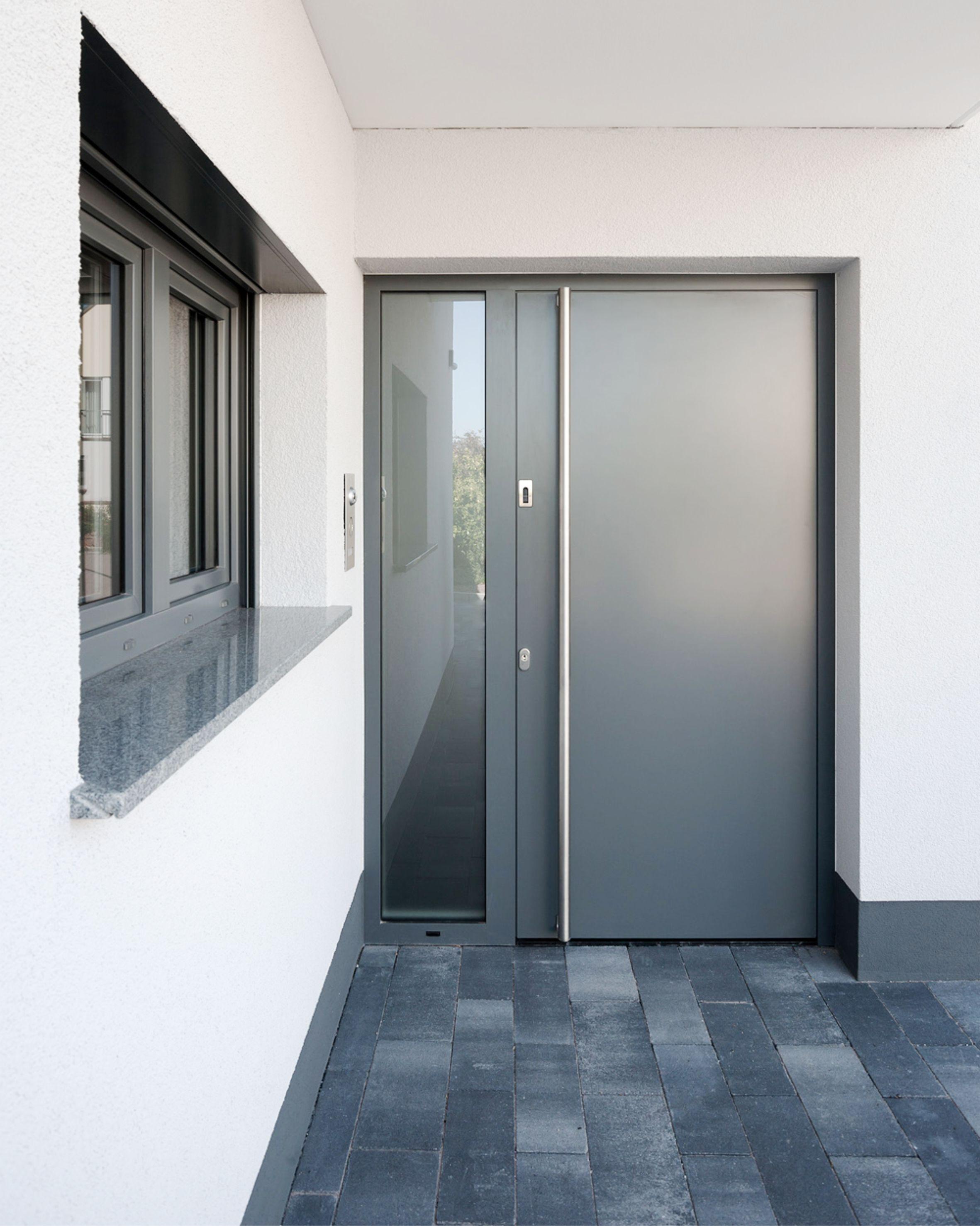 Geschlossene haustür  Die schlichte Eleganz des geschlossenen Türblattes, ganz im Stil ...