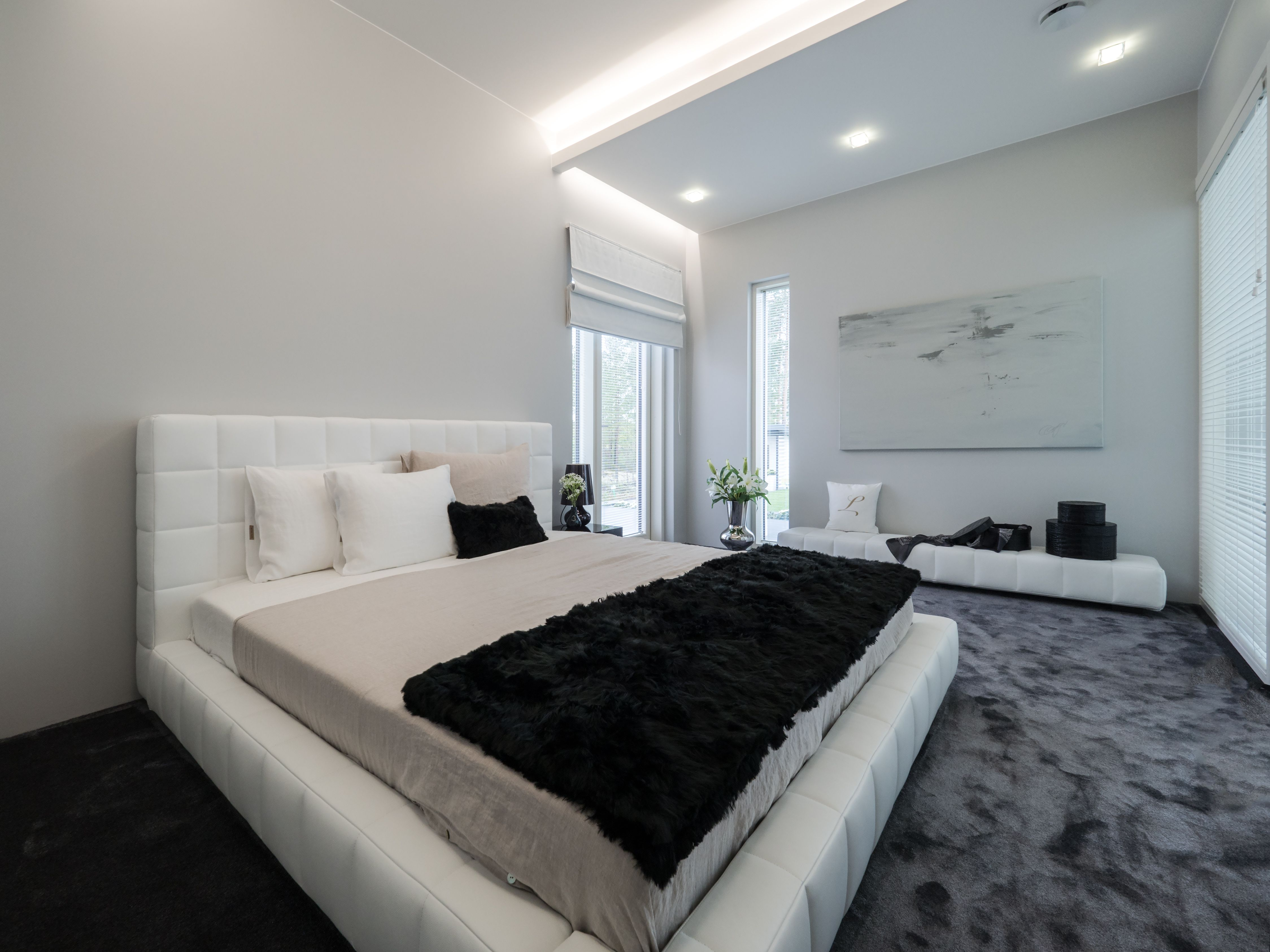 Stunning lighting brings this bedroom to life. Mahtavasti suunniteltu valaistusratkaisu tuo makuuhuoneen eloon.