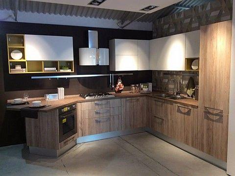 Cucina Lube modello Swing, composta da basi in oak miele, pensili bianco opac...