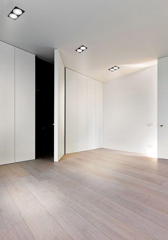 Almacenamiento minimalista con puertas a techo closets for Puerta minimalista