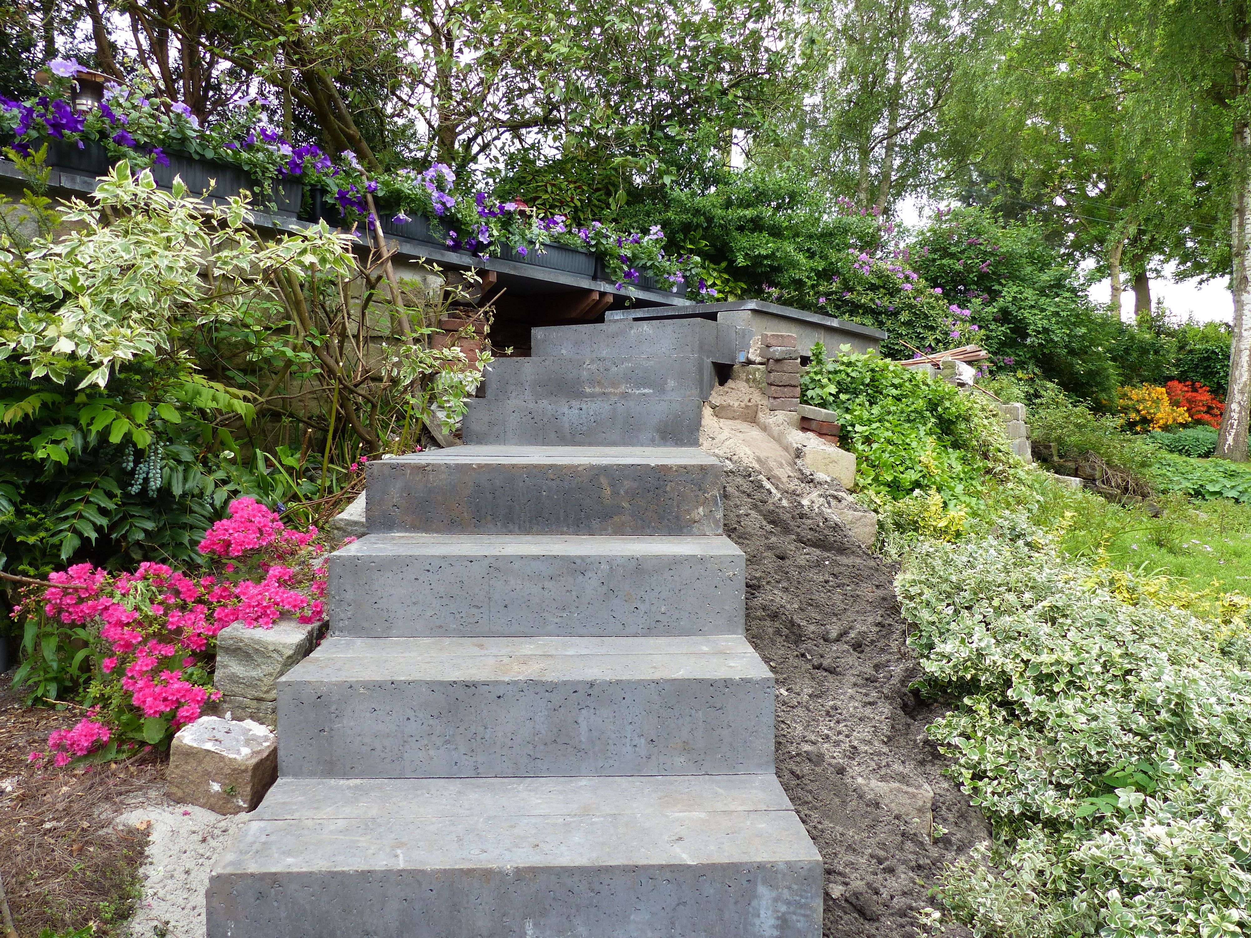 Nu wordt er gewerkt aan een trap die vanuit de ondertuin toegang