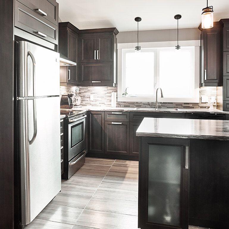 Cuisine contemporaine avec armoire vitr intgr dans llot  deco  Kitchen decor Kitchen