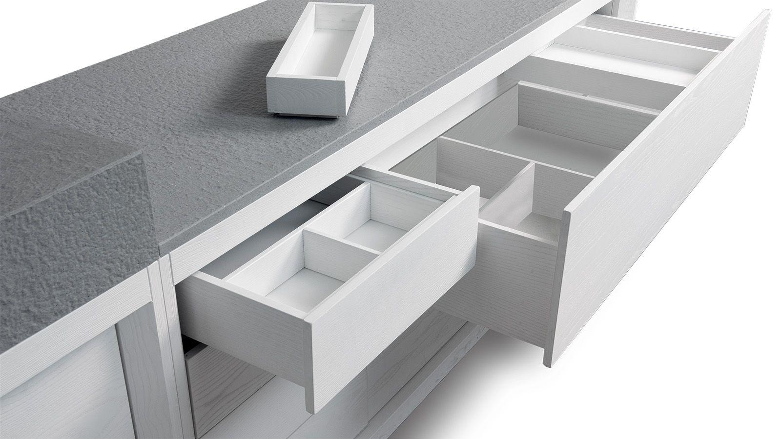 Enzo Berti ha disegnato per GD Arredamenti i mobili da bagno della collezione Dogi nella versione sospesa e a terra in legno di Frassino Bianco Alaska.
