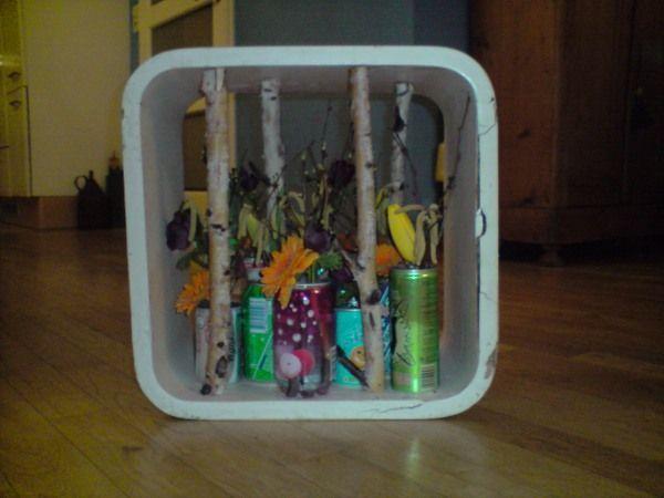 Thom de Regt Vrije opdracht. Blikjes gespaard en voorjaars bloemen erin.  De naam van dit ding Recycle with Flowers.