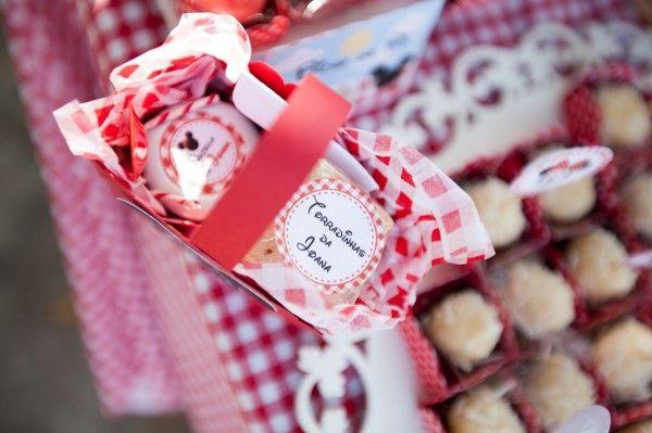 O conteúdo das cestinhas: potinho com nutella + torradinhas + sachê de chá, tudo personalizado
