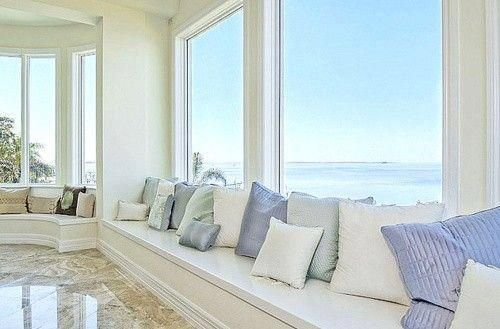 Gorgeous Beach House with an amazing view of the Ocean with a window seat that goes along the perimeter of the room with gorgeous pillows.muita luz natural e visual fantástico
