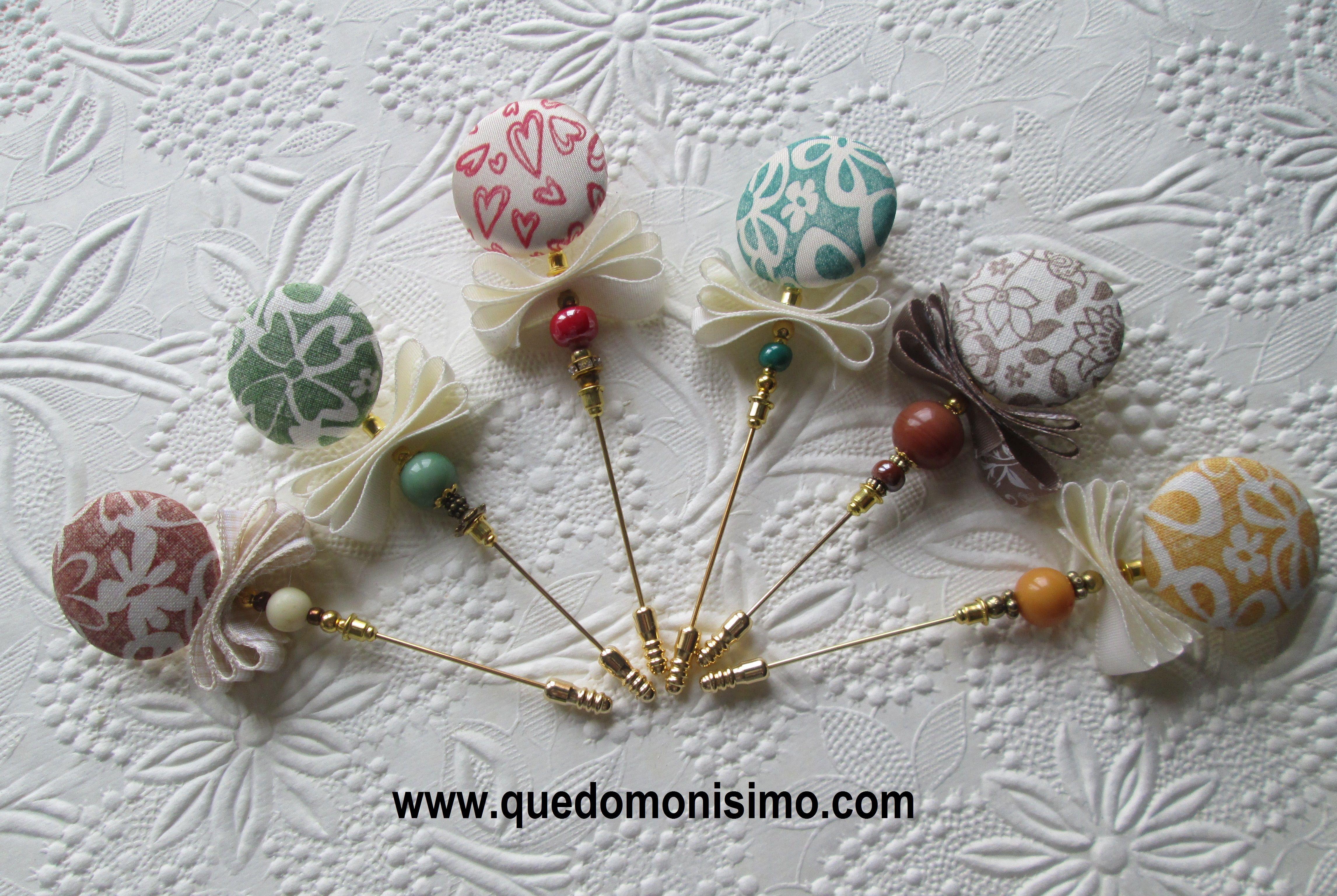alfileres realizados con botones forrados en tela impresa a mano con sellos y tintas de scrap.  http://quedomonisimo.com/2015/02/vamos-de-boda