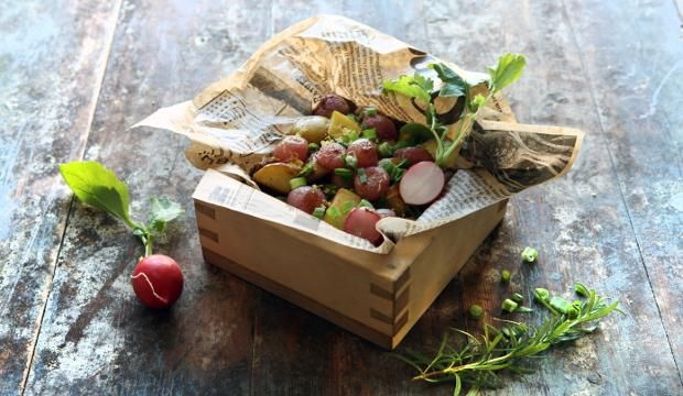 Paahdettu retiisi-varhaisperunasalaatti #peruna #varhaisperuna #retiisi #salaatti #ruokaneuvot #maajakotitalousnaiset
