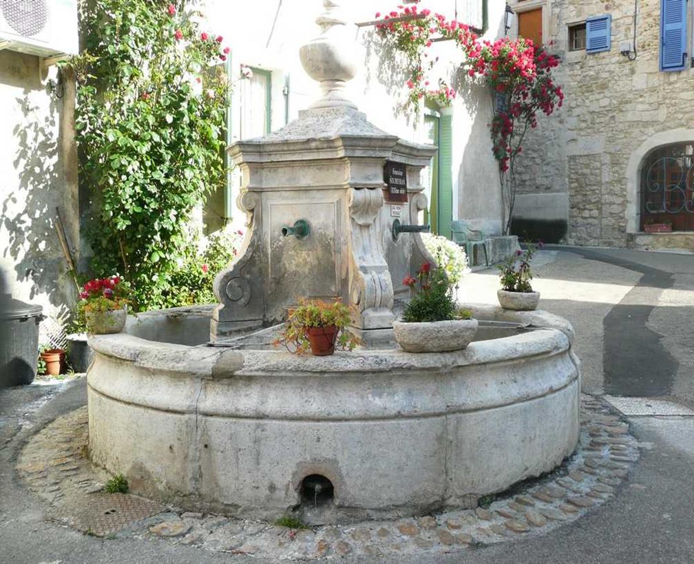 St Marcel d'Ardèche , une des fontaines du village