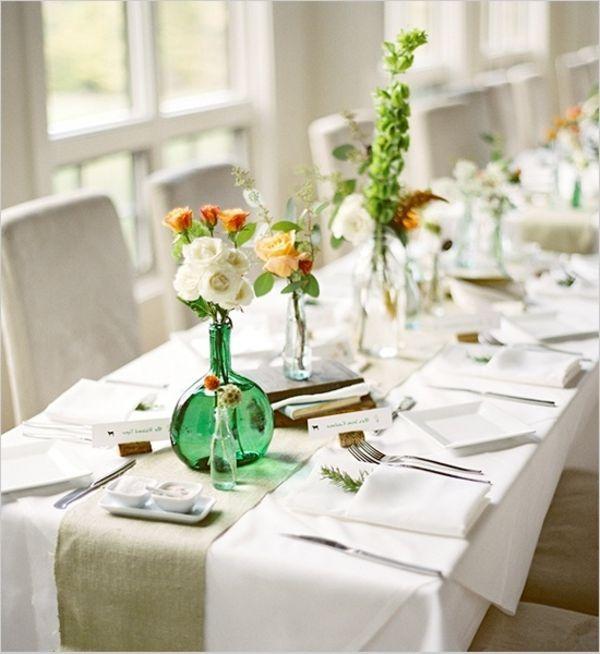tischdeko mit vasen mit rosen und weißen servietten und decke - 30 ...