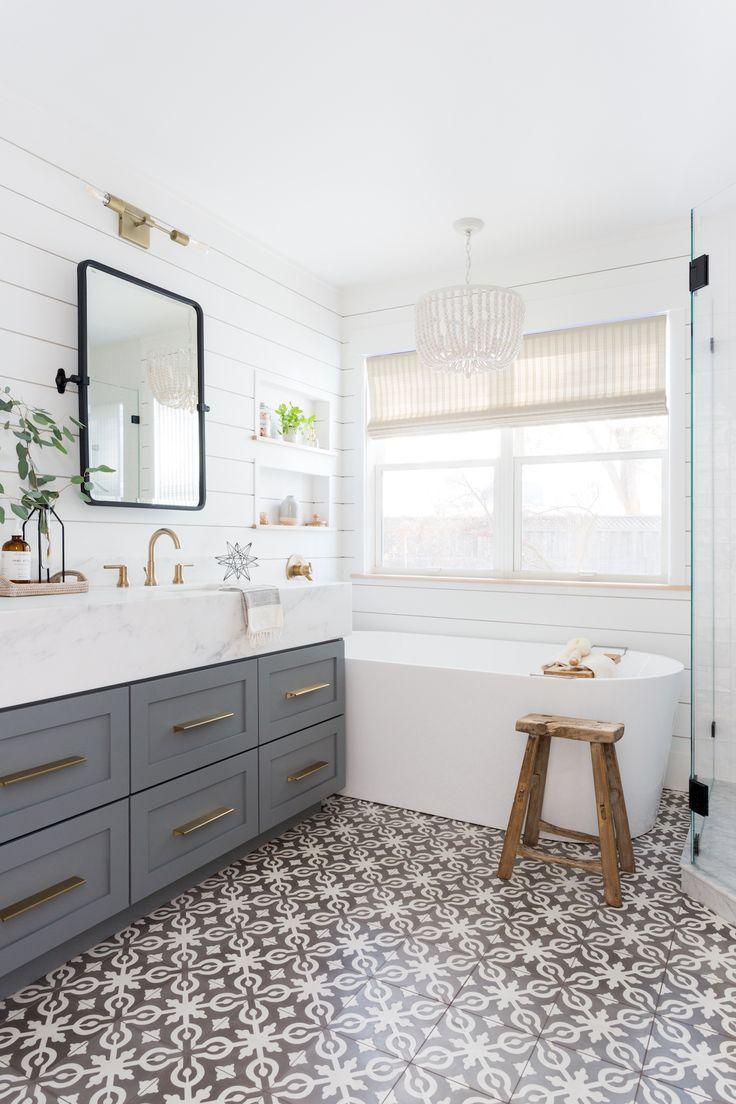 Photo of Leichtes und luftiges Badezimmer mit Shiplap, gemusterten Fliesen und gemischten Metallen