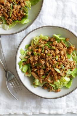 Salade hachée au poulet et à la laitue asiatique