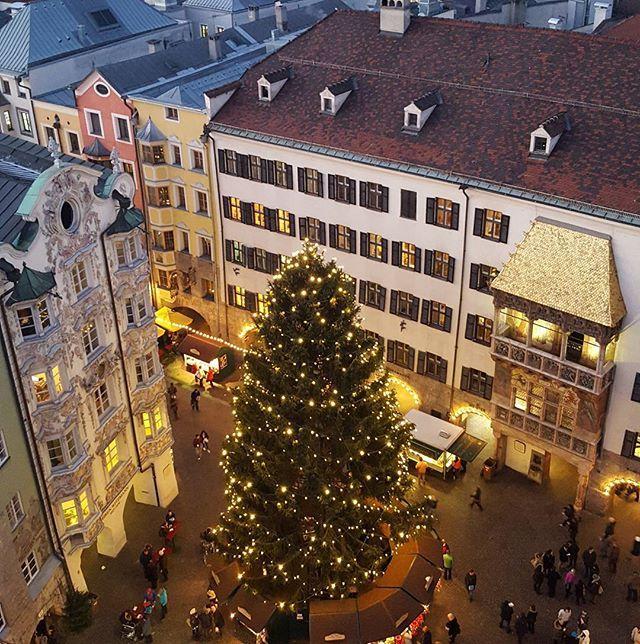Christmas market in #innsbruck. Kristkindlmarkt am hauptplatz. 🎄🎁⛄🎉 #christmasiscoming #kristkindlmarkt #tirol #goldenesdachl #nofilter #austria #osterreich