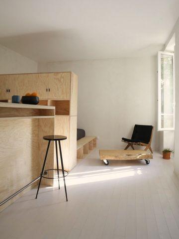 Aménagement dun studio de 25 m² avec des meubles sur mesure en contreplaqué ctbx