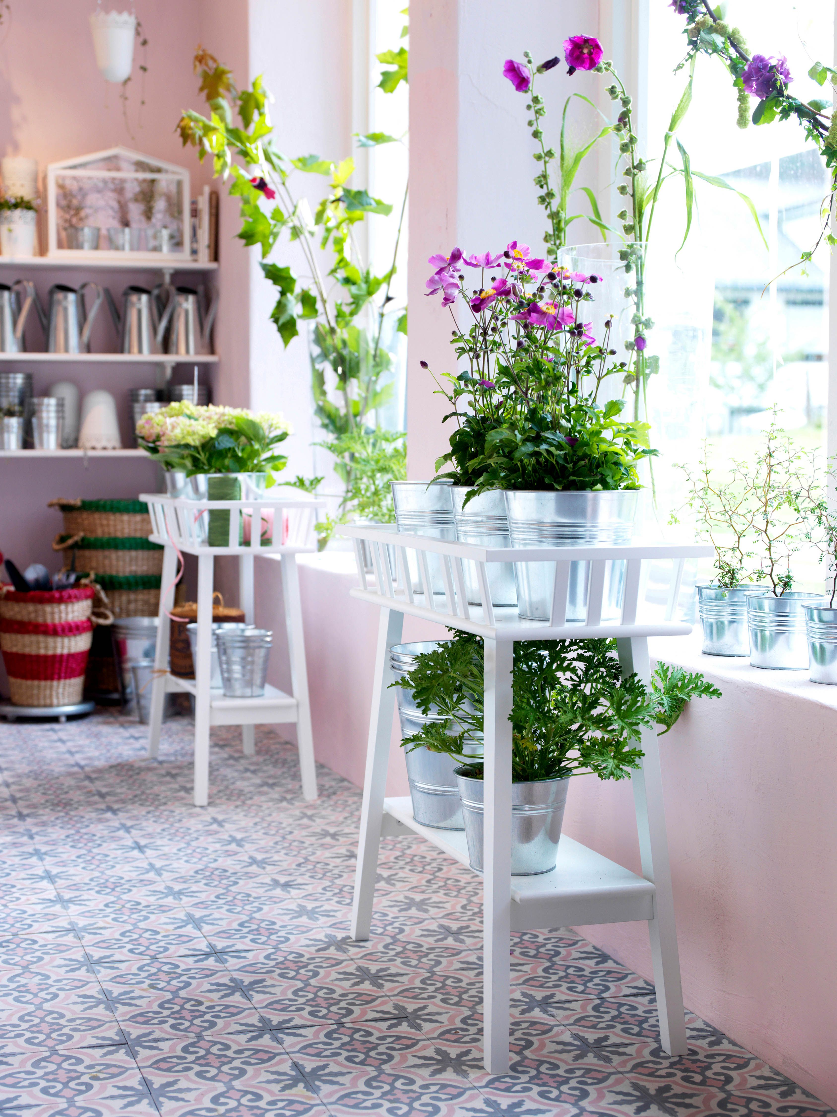ikea deutschland mit einem blumenst nder wird dekorieren mit pflanzen berall im haus ganz. Black Bedroom Furniture Sets. Home Design Ideas
