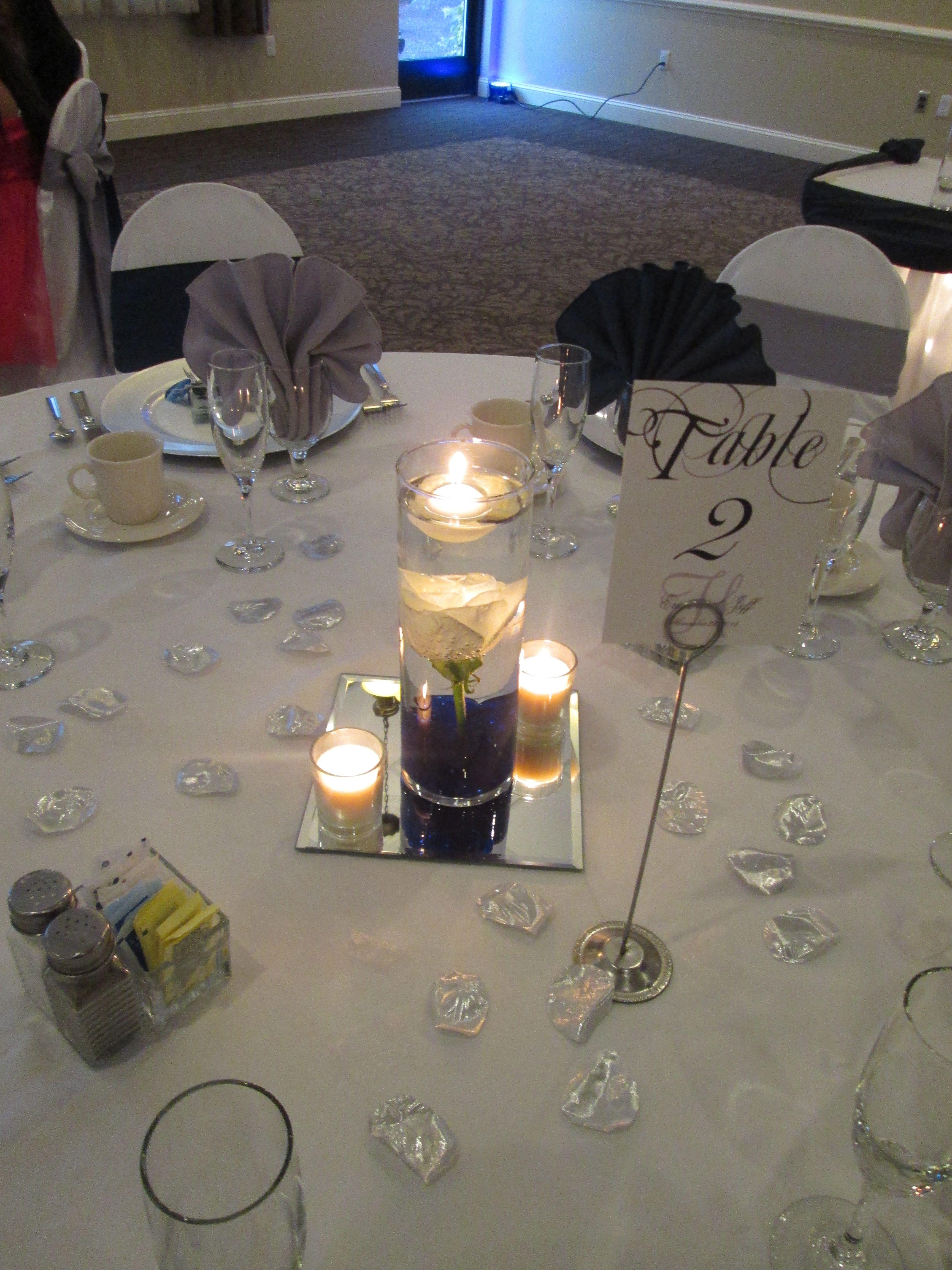Medium size vase with floating candles centerpiece #caprottiscatering #capriottispalazzo #wedding #centerpiece