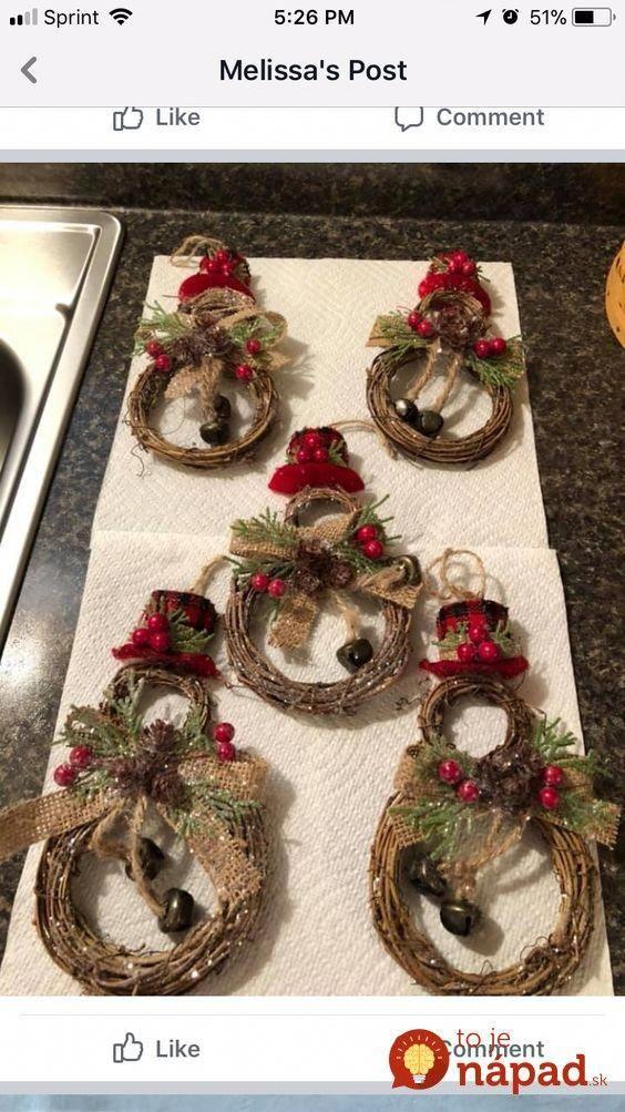Zobrala 2 lacné kruhy z prútia, farbu, povraz a pár ozdôb Neverili by sme, aká krásna dekorácia na vchodové dvere z toho môže byť! rusticchristmas is part of Christmas decor diy -