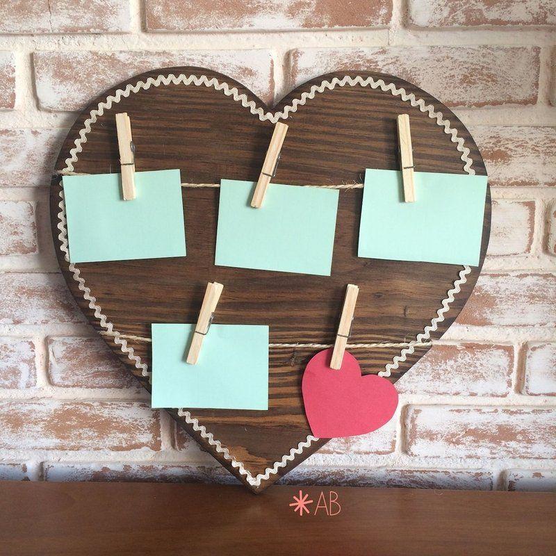 Mural de recados feito em madeira, em formato de coração. Tamanho 40cm x 40cm. Para decoração de quarto infantil e festa infantil.