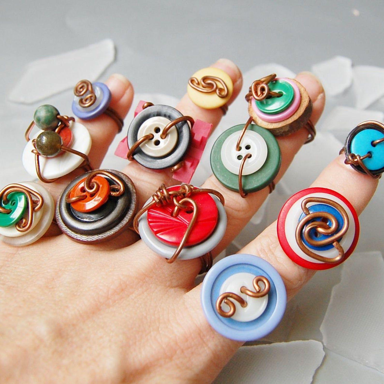 Photo of Zwei bunte Draht gewickelt Vintage Knopf Ringe in beliebiger Größe 1,2,3,4,5,6,7,8,9,10,11,12,13
