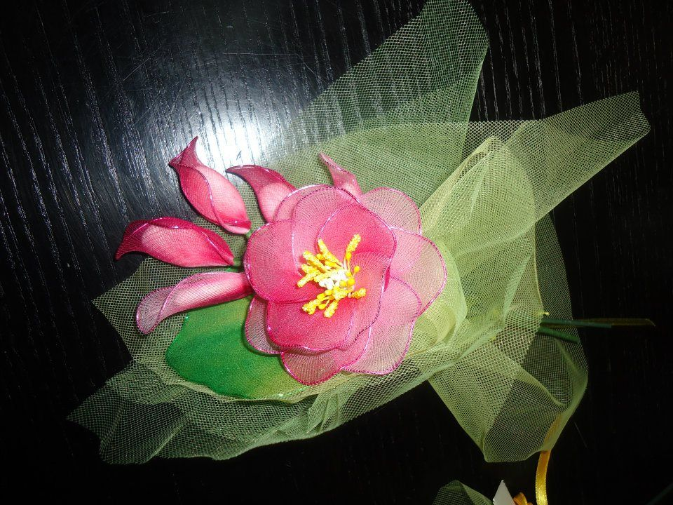 Bomboniera con Fiore ibiscus e boccioli, realizzata a mano con filanca setata, tulle e organza, possibilità di personalizzazione