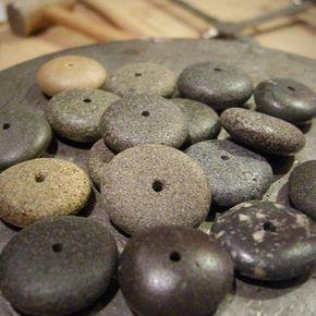 Löcher in Steine bohren.